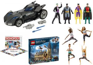 linea DC Batman Mission 365 con personaggi e Batmobile di Mattel / Disney Monopoli in vendita su Amazon e su Disney website / sala grande di Hogwarts della serie Harry Potter per Lego disponibile su Amazon / Barbie snodata ideata e prodotta da Mattel